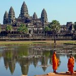 640px-Buddhist_monks_in_front_of_the_Angkor_Wat