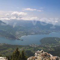 Une vue panoramique sur le lac d'Annecy